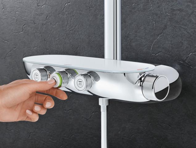 Grohtherm Smartcontrol je kombinovaná sprchová termostatická baterie se 3ventily, má bezpečnostní zarážku při 43°C, technologii pro nízkou spotřebu vody, cena 29370Kč, www.grohe.cz