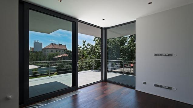 V e4 domě budou použity moderní a lehké materiály jako je hliníkový systém oken Vekra a také ucelený koupelnový sortiment spol. Siko, stejně jako moderní a rustikální kuchyně téže společnosti. (Zdroj: Wienerberger)