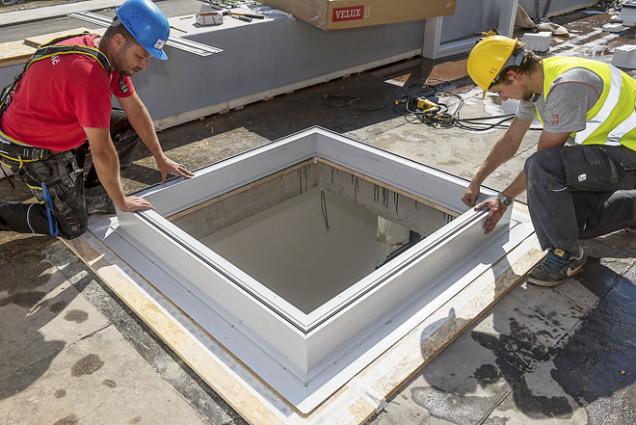 2. Osazení zvedacího rámu ZCE 0015 (snáběhem) na nosnou rovinu konstrukce. Zvedací rám pro střešní světlíky umožňuje montáž okna do ploché střechy o15cm výše, což je vhodné pro ploché zelené apochůzné střechy, střechy sobrácenou skladbou atp.
