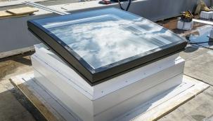 Střešní světlík Velux CVP selektricky ovládaným větráním adešťovým senzorem je elektricky ovládané okno určené pro ploché střechy. Vyniká propracovaným designem adíky svým kvalitním technickým parametrům je určen ipro náročné použití vobytných prostorách. Montáž světlíku si ukážeme krok za krokem.