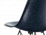 Známá křivka, která rozechvěje srdce každého milovníka moderního designu. Spojení sedací a opěrné části do jednoho kusu laminátové skořepiny bylo ve své době revoluční.