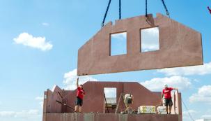 Mluvíme-li o montovaných stavbách, pak vězte, že se nemusí nutně jednat o dřevostavby. Na trhu najdete i montované domy z pevných a trvanlivých materiálů. Jsou to například domy zvelkoplošných dílců zkeramického betonu od Dům jedním tahem.