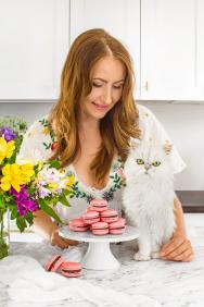 Blog Cat and Cook funguje od srpna 2015, v současnosti má více než 40 000 návštěv za měsíc a na Instagramu jej sleduje 23,5 tisíc fanoušků. V prosinci 2017 se Ivana začala naplno věnovat blogování, spustila youtube kanál a začala natáčet mimo jiné food tutoriály. V letošním roce oznámila plánované vydání knihy na počest její nemocné kočky (Cat & Cook = kočka a kuchařka). (Zdroj: Miele.cz, Catandcook.cz)