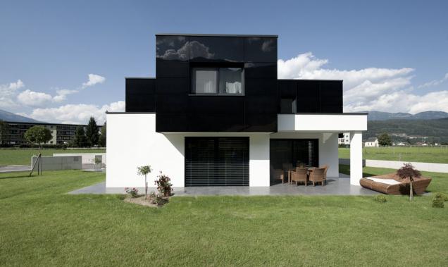 Předsazený zateplovací systém ze skleněných panelů nabízí vysokou odolnost vůči povětrnostním vlivům a širokou barevnou i tvarovou škálu skleněných tabulí.
