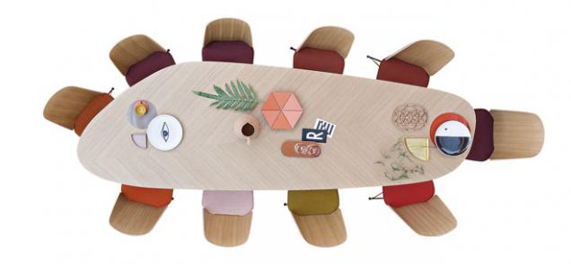 Velkorysé tabule atypického tvaru se uplatní jen ve velkém prostoru. Na fotografii je model Tweed sefektní bělenou dýhou, délka stolu 3m, vyrábí Zanotta