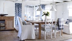 Velký výběr praktických stolů najdete vIKEA. Zajímavě působí kombinace  sžidlemi zjiných materiálů.