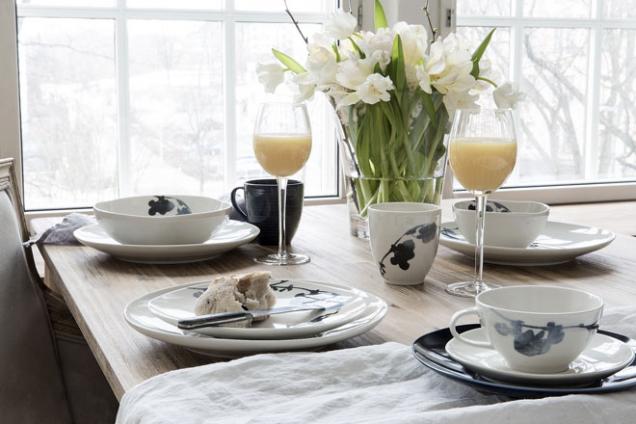 Kvýrazně dekorativnímu nádobí se hodí jednobarevné textilie nebo jen čistý stůl bez ubrusu. Bílá ačerná nejlépe ladí spřírodním dřevem.