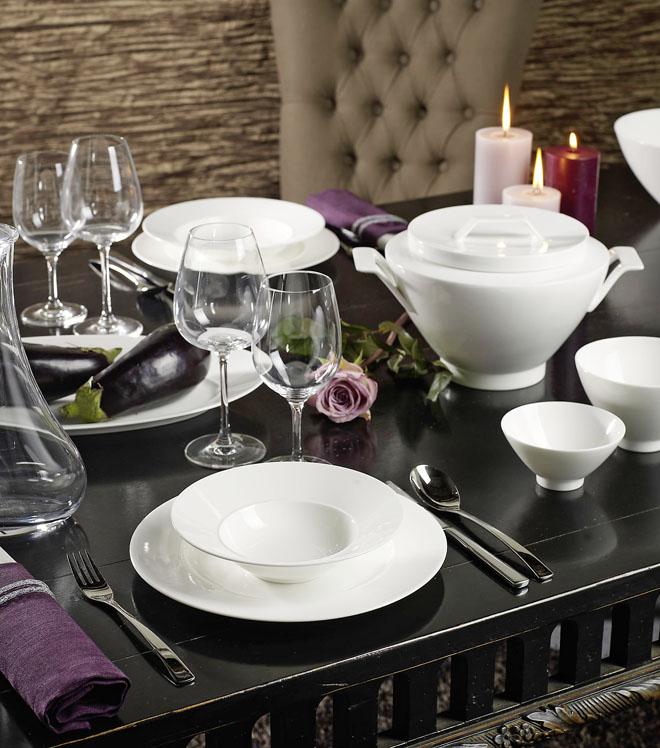 Moderní varianta klasicky upravené tabule se obejde ibez ubrusu či prostírání. Jídelní servis La Classica Nuova zbílého porcelánu je nadčasový ajeho čisté tvary působí luxusně. Nabízí luxurytable.cz