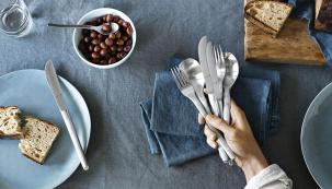 Pečivo můžete podávat také položené na krájecím prkénku, přikryté bavlněným nebo lněným ubrouskem.