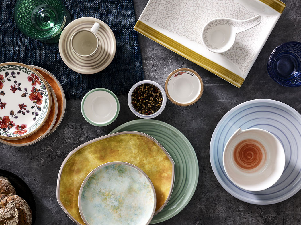 Ktrendům patří ibarevné glazury, malovaný dekor adesign připomínající tradiční ruční výrobu. Ukázka je  zkolekce Artesana Nature Bleu, www.luxurytable.cz