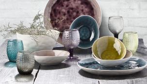 """Přinášíme vám novinky zoblasti stolního nádobí askla. Jejich společným jmenovatelem je dokonalá funkčnost, inspirace vpřírodě atradicích aspousta praktických """"vychytávek""""."""
