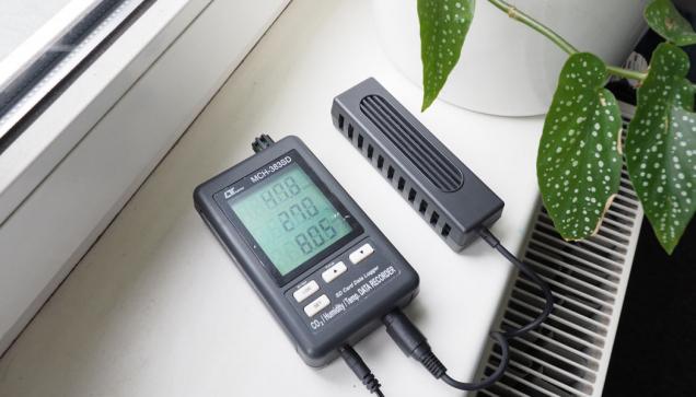 Okvalitě vzduchu vbudovách, jeho složení avlivu na člověka se mluví čím dál víc. Proto jsme otestovali měřič kvality vzduchu Lutron MCH-383SD zapůjčený Centrem pasivního domu.