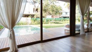 Velkoformátové posuvné dveře neboli HS portály jsou atraktivním architektonickým prvkem, který zajistí pohodlný vstup na zahradu nebo terasu a významně zvýší funkčnost i komfort vašeho obývacího pokoje. K tomu připočtěme více světla v místnosti a optické zvětšení prostoru. Nezanedbatelný je bezprostřední kontakt se zahradou. (Zdroj: Rehau)