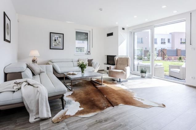 Společný obývací prostor ladili majitelé domu do světlých přírodních odstínů, aby působil útulně avzdušně. Povedlo se.