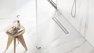 Skrytý odtokový žlábek In-Drain značky Roca decentně doplní každou sprchu. Navýběr jsou tři možnosti krytí, plné sdeskou pro vložení dlažby, plná kovová deska nebo kovová krycí mřížka. Kdostání večtyřech velikostech.