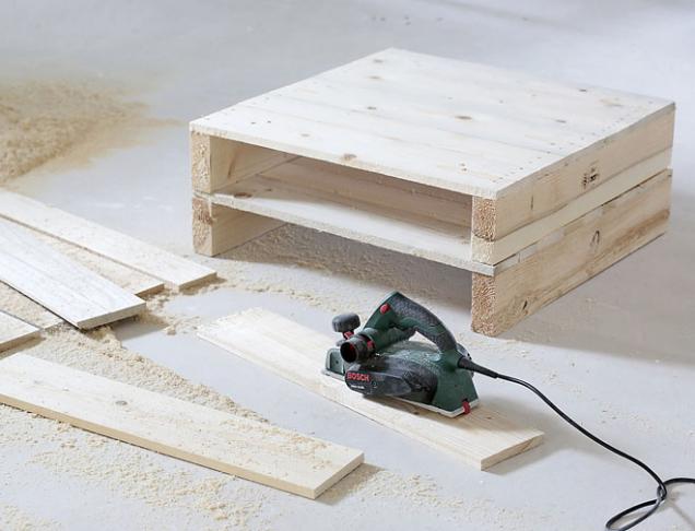 2. Pak ohoblujte i prkna, která budou tvořit spodní stranu stolu.