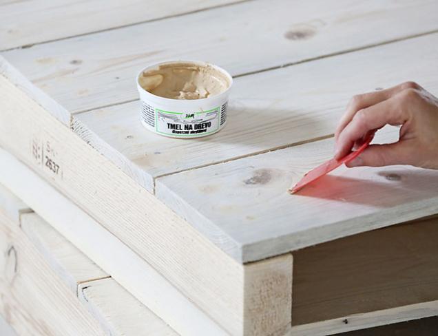 4. Díry po sucích vyplňte akrylátovým tmelem na dřevo anechte zaschnout. Po uschnutí přebruste. Postup můžete opakovat podle potřeby dvakrát.