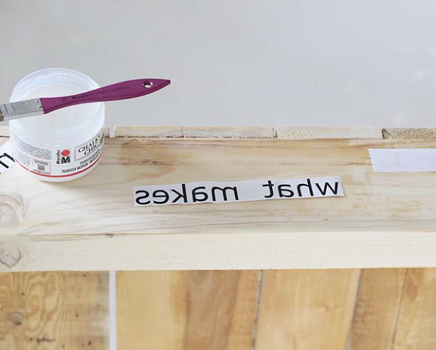 5. VPC napište text a vytiskněte jej zrcadlově na laserové tiskárně. Na text i tam, kde jej chcete umístit, naneste tenkou vrstvu transfer gelu. Text přitlačte na dřevo a dobře vyhlaďte.