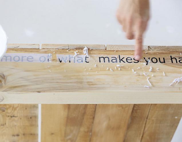 6. Za 2 hodiny papír s textem potřete vodou apomalu prstem seškrábejte, až zůstane jen samotný text (případně tenká, téměř neviditelná vrstva papíru).