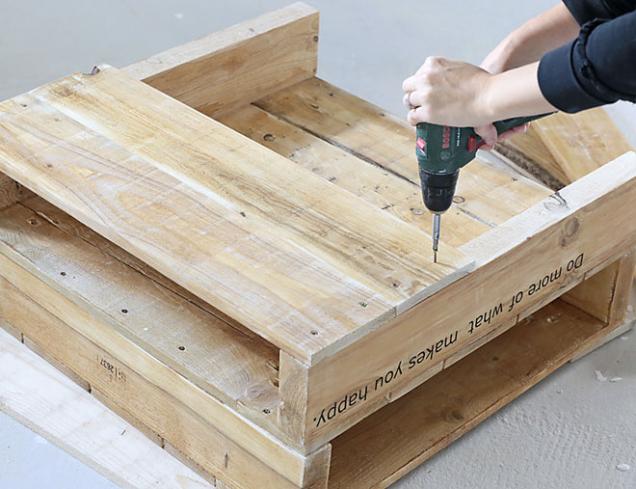 9. Potom přišroubujte prkna, která budou tvořit spodní část stolu.
