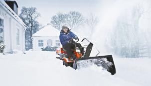 Rider HUSQVARNA R214T AWD vám poslouží nejenom v létě pro sečení členitých pozemků, ale díky zimnímu příslušenství v podobě sněhové frézy, sněhové radlice nebo rotačního kartáče vám pomůže s úklidem i v zimním období. Jde tedy o celoročně využitelný výkonný aspolehlivý stroj.