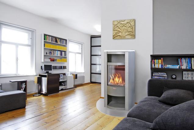 Volně stojící plynová krbová kamna Karma Absolute pro místnosti do 100 m³. Pomocí citlivé regulace nastavíte požadovanou teplotu a kamna ji sama automaticky udržují (KARMA)