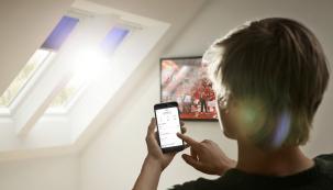 Systém Velux Active with Netatmo vám zajistí zdravější klima vdomě. Chytré senzory neustále monitorují teplotu, vlhkost aúroveň CO2 aotevírají azavírají střešní okna, rolety ažaluzie zřady Velux Integra