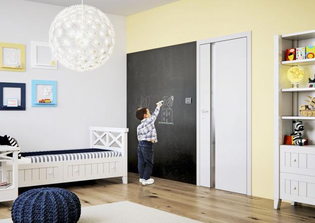 Bílé hladké dveře Harmonie mají odolný povrch asnadno se udržují. Proto se výborně hodí idodětského pokoje (Sapeli)