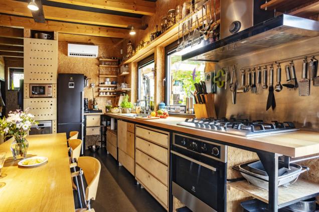 Kuchyňský nábytek si pán domu vyráběl vlastníma rukama vdomácí dílně, pohledové části jsou ze stavební překližky.