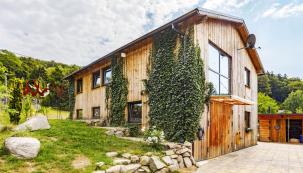 Přijměte pozvání do neobvyklé dřevostavby vJizerských horách, která byla původně navržena jako sklad krmiva pro lesní zvěř, ale nakonec byla přebudována ve dvoupodlažní rodinný dům.