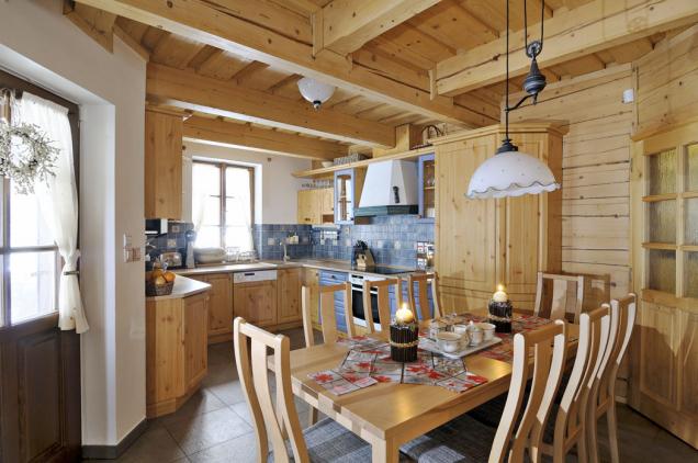 Celý interiér je vybavený dřevěným obložením, nábytkem atypickými doplňky vevalašském stylu.
