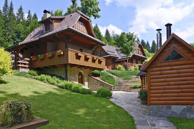 Chaloupky uPařízků nabízejí nejen ukázku tradiční architektury, ale ibohaté možnosti venkovních aktivit pro dospělé azejména děti.