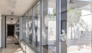 Zajímavé je, že vlivem velkého teplotního rozdílu na krátké vzdálenosti může okno prasknout jak na prudkém slunci, tak i během zimní noci. (Zdroj: Pramos)