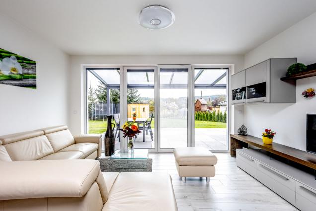 Světlo, vzdušnost apastelové tóny vytvářejí pohodovou aklidnou atmosféru obývacího pokoje.
