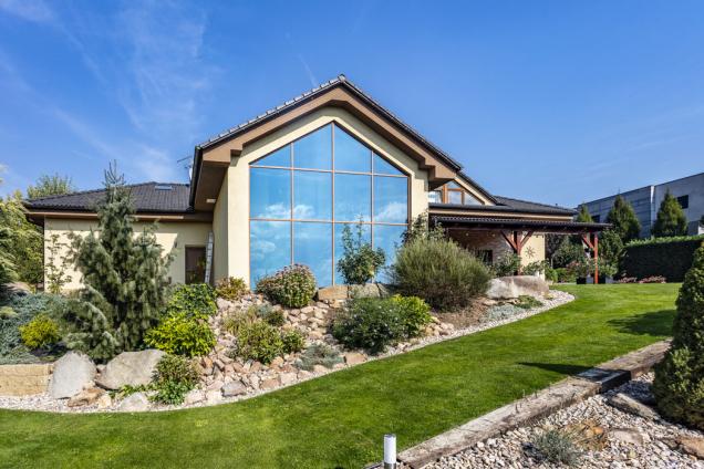 Výrazným architektonickým prvkem domu je zimní zahrada, kompaktně prosklená přes dvě podlaží až pohřeben střechy.