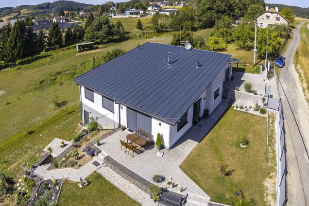 Terasa, která je propojená s domem, nabízí možnost příjemného venkovního posezení.