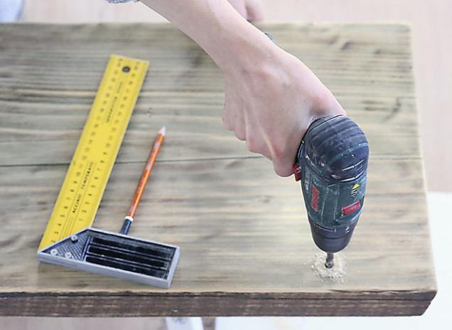 2. Vhorní části si vyznačte dva body, do kterých vyvrtáte otvory na provlečení provazu.