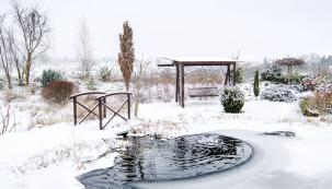 Ikdyž zahrada oddechuje zimním spánkem ana pohled připomíná polární krajinu, dál svým tvůrcům slouží jako místo kdokonalému úniku od starostí všedních dnů. Stačí se jen teple obléct avyrazit na procházku mezi stromy nebo kzurčícímu jezírku.