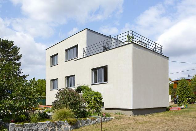 Nová okna mají povrchovou úpravu imitující hliník azachovávají členění původních oken.