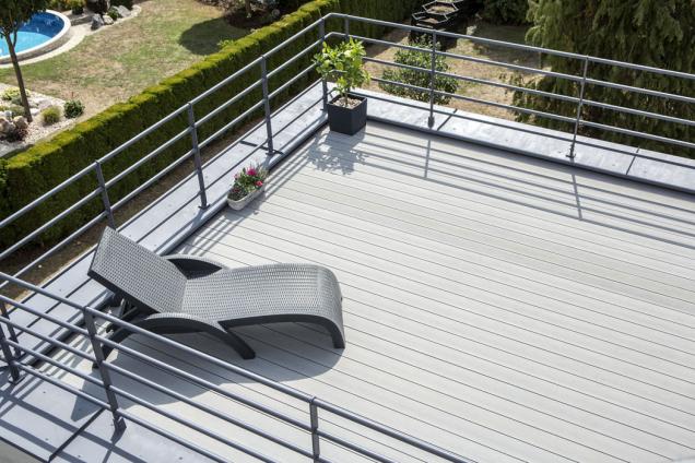 Ocelové trubkové zábradlí patří rovněž ktypickým znakům funkcionalismu. Střešní terasa má nový povrch zdřevoplastových lamel.