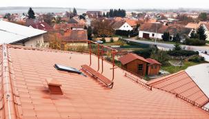 Aby stavba vyhověla normovým požadavkům, je třeba vytvořit podmínky pro bezpečný pohyb po střeše i poté, kdy sundáme lešení.  Střecha za tím účelem musí být vybavena prvky pro bezpečný pohyb. Jak uvádí normy, tato zařízení je navíc třeba pravidelně kontrolovat každých 12 měsíců autorizovanou osobou pověřenou výrobcem. Společnost HPI-CZ, dodavatel stavebního příslušenství pro střechy, tyto revize nově nabízí. (Zdroj: HPI-CZ)