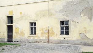 Spolu svlhkostí se ve zdi vytvářejísoli, které zdivo degradují. Zeď ztrácí pevnost.