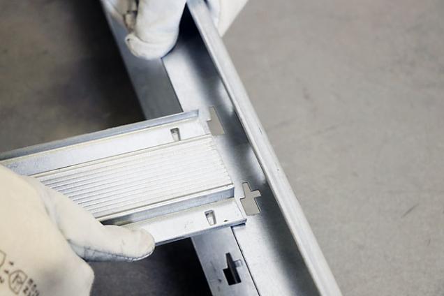 4. Detail jednoduchého napojení příčníku na bočnice pouzdra – stačí pouze zasunout azacvaknout do předpřipravených spojů