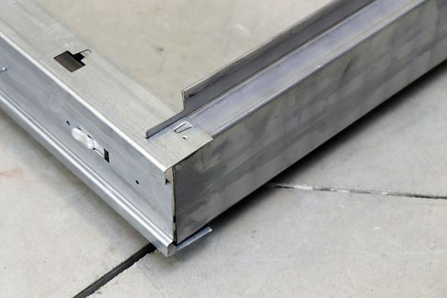 9. Zastrčte rozpěrky do prolisů ve stojině aústí pouzdra. Tím zafixujete stabilitu celého pouzdra