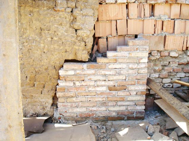 Fragmenty původního zdiva vpřízemí jsme dozdívali plnými pálenými cihlami zbouračky anovými plnými keramickými cihlami atvarovkami, aby byla zachována jednota materiálu.