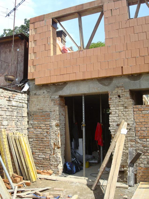 Postavebních úpravách vpřízemí, kde nás omezovalo stávající rozvržení nosných stěn ajiž použitý materiál, jsme přistoupili krekonstrukci patra. Konečně jsme mohli volit stavební materiály adispoziční řešení čistě podle svých představ.
