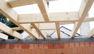 Uložení stropních trámů. V zadní části je výměna pro usazení střešního světlíku.