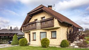 Je rozpoznatelný už zdaleka, ikdyž stojí mezi domy podobného architektonického ražení.