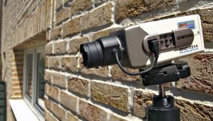 Velkou změnu vneslo do oboru elektronického zabezpečení využití chytrých mobilních telefonů. Díky tomu si vystačíte swi-fi kamerou, která může být doplněna idvěma dveřními kontakty ajedním pohybovým detektorem. Máte tak kdispozici funkční systém za několik tisíc korun.