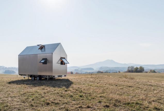 Hliníkový design domku na kolech Mobile Hut si řekl o tepelně izolované hliníkové okenní profily Schüco AWS 50 s pohledovou šířkou pouze 40 mm (vyklápěné ven) a dveře Schüco ADS 50 s dvojitým bezpečnostním sklem. (Zdroj: Mobile Hut)